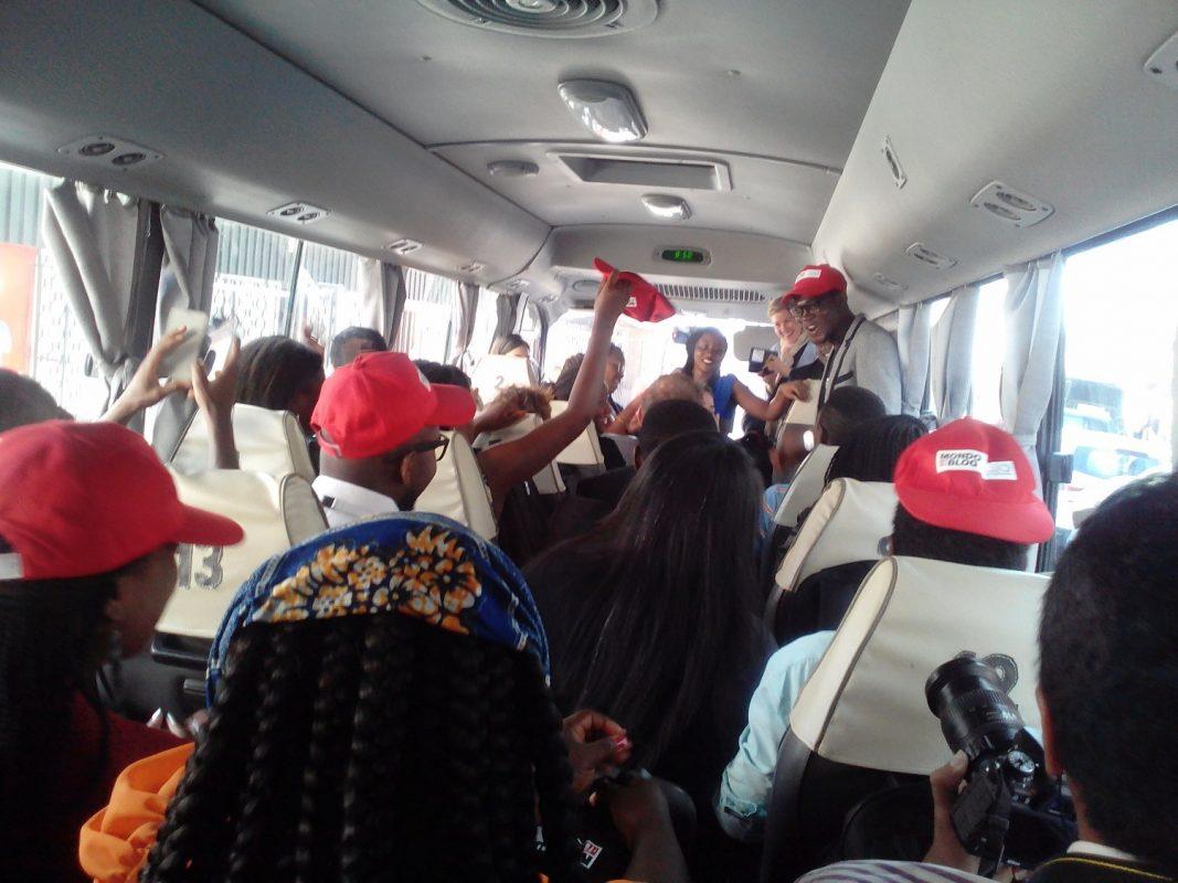bus en route pour le village de la francophonie