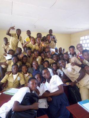 Photo de famille de l'écrivain avec des élèves