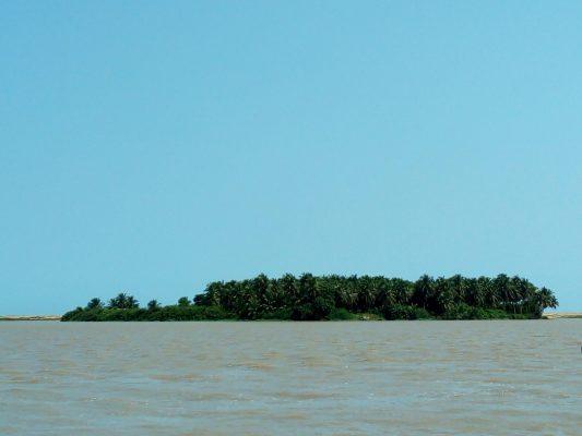 Ile au milieu de la lagune Tagba
